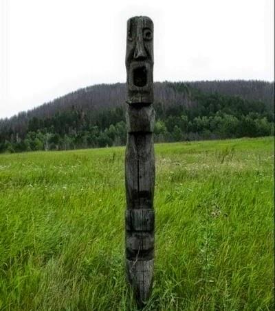 Patung yang di buat penduduk Kova di kuburan setan