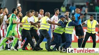 Les membres de la sécurité interviennent pour protéger l'arbitre (d) à la fin du match des quarts de finale de la CAN entre la Guinée Equatoriale et la Tunisie, le 31 janvier 2015 à Bata