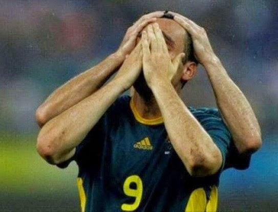foto lucu tangan pemain bola ada empat