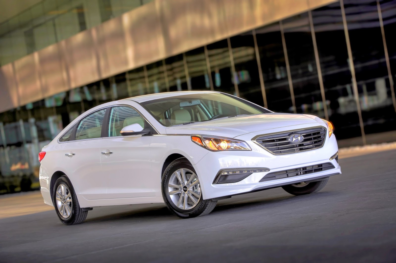 Front 3/4 view of 2015 Hyundai Sonata Eco