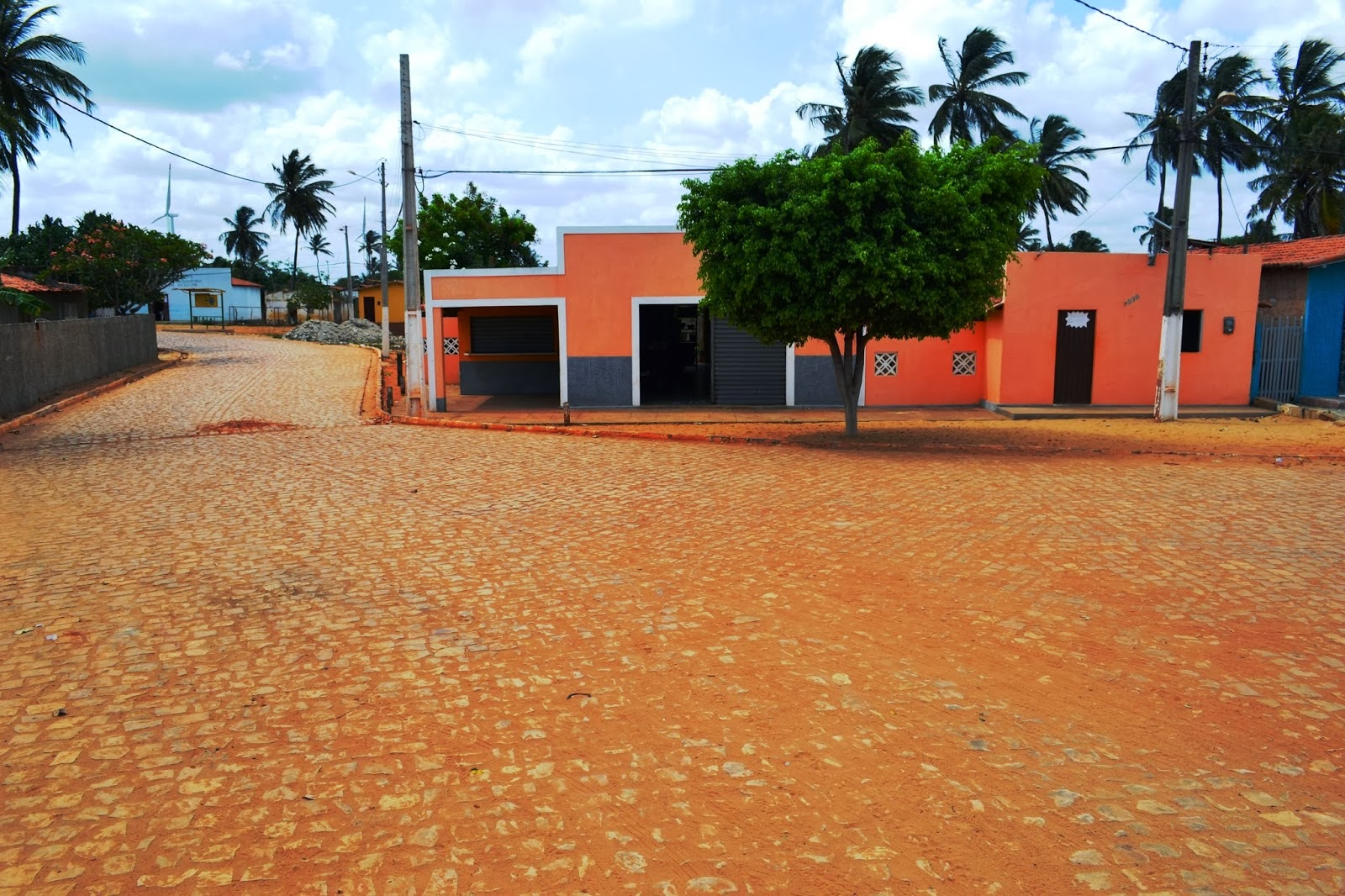 Vende-se Casa com Ponto de Comércio na Praia de Enxú Queimado/Pedra Grande-RN. Fone(084) 3555-5013