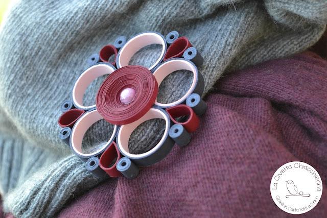 Spilla di carta realizzata a mano modern quilling: fiore 02