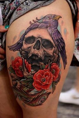 Tatuagem de Crânio com pássaro e flores