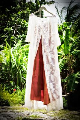robe de mariée suspendue dans le jardin en Guadeloupe