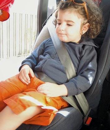 يمنع إركاب طفل تقل سنه عن عشر (10) سنوات في المقاعد الأمامية للسيارات الخاصة.