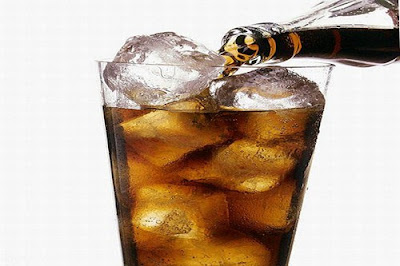Refrigerantes... Uma boa pedida no calor! Veja os malefícios dessa bebida para seus dentes.