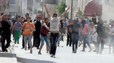 Voici des images des affrontements entre salafistes et forces de l'ordre à Tunis :