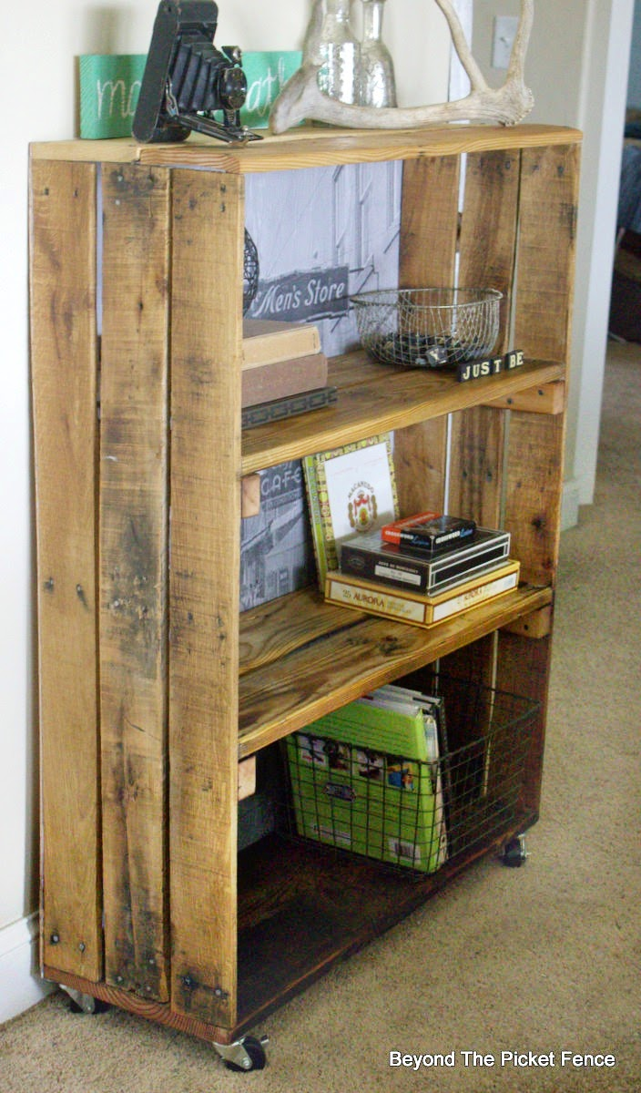 rustic, industrial, decor, pallet shelf, bookshelf, fusion mineral paint, beyond the picket fence,http://bec4-beyondthepicketfence.blogspot.com/2015/04/rustic-industrial-bookshelf.html