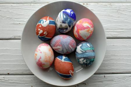 Шарени яйца за Великден от коприна