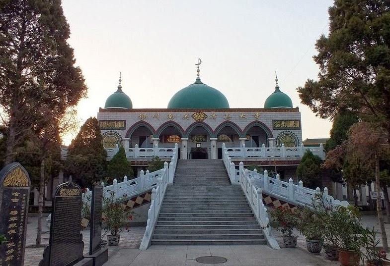 China Tunda Bongkar Masjid Setelah Ribuan Muslim Berunjuk Rasa
