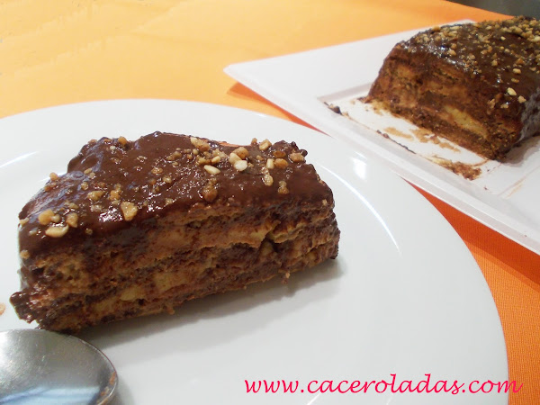 Tarta de galletas con chocolate y crema.