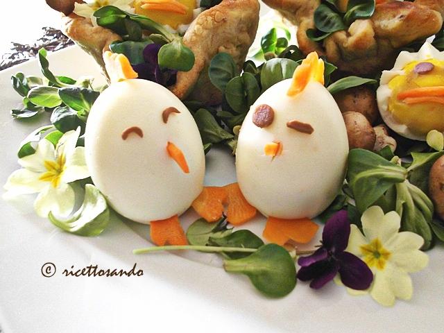Uova sode decorate per un centrotavola pasquale