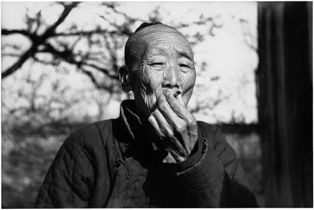 Eunuque, près de Pékin, Chine, 1937 :Portrait d'homme fumant une cigarette