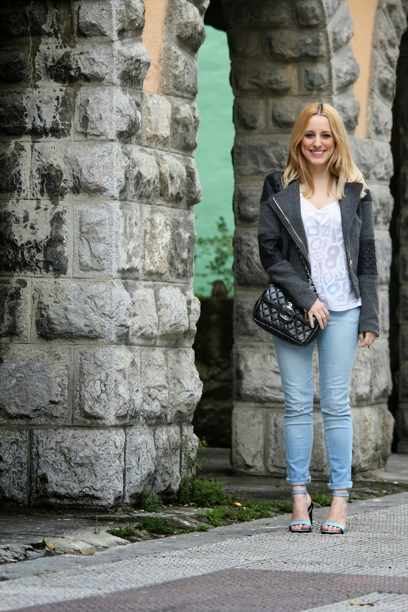 look_primavera-sandalias_azules_zara-jeans_desgastados