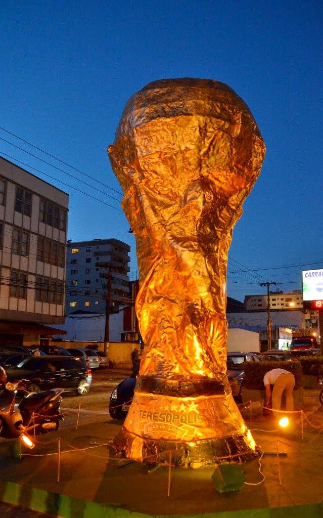 A taça, instalada na Av. Feliciano Sodré, na Várzea, recebeu iluminação especial