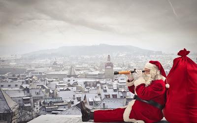 Santa Claus reparte regalos en las casas del mundo