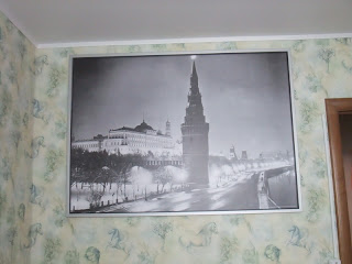 большая красивая фотография в рамке на стене