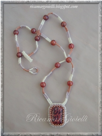collana herringbone e perle con ciondolo incastonato in right angle weave