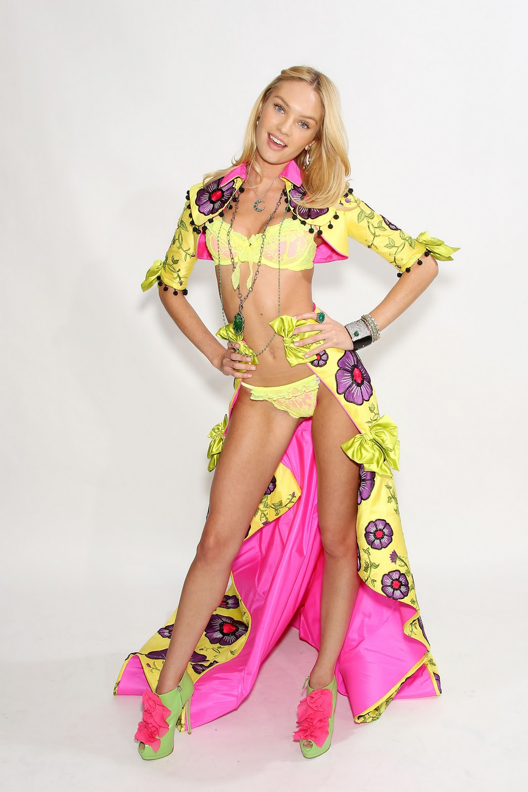 http://2.bp.blogspot.com/-J1pxlepPlJw/Twv-UdSNn4I/AAAAAAAAEFM/VNXe-RL8Wjw/s1600/fashion-show-fittings-2011-candice-swanepoel-1-victorias-secret-hi-res.jpg