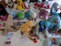 foto santriwan TPA Masjid Quwwatul Muslimin Sambisari yang antusias mengikuti kegiatan mewarnai