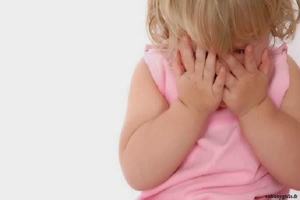 Image bébé fille mignon qui pleure