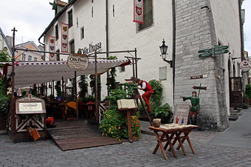 Esplanada decorada ao estilo medieval, lugar para se tomarem refeições