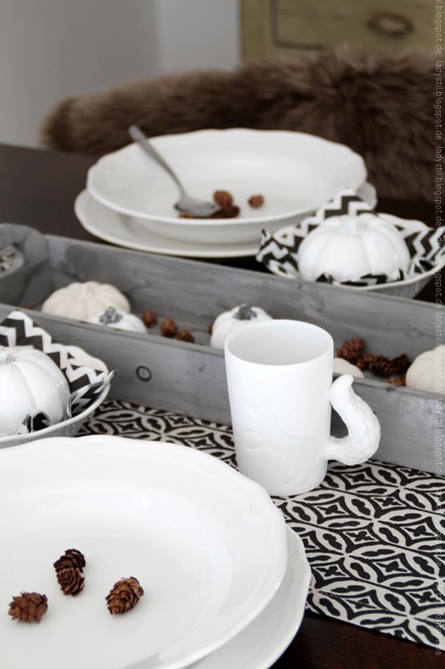 schwarz weiße herbstliche Tischdekoration