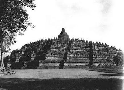 Candi Borobudur pertama kali ditemukan10