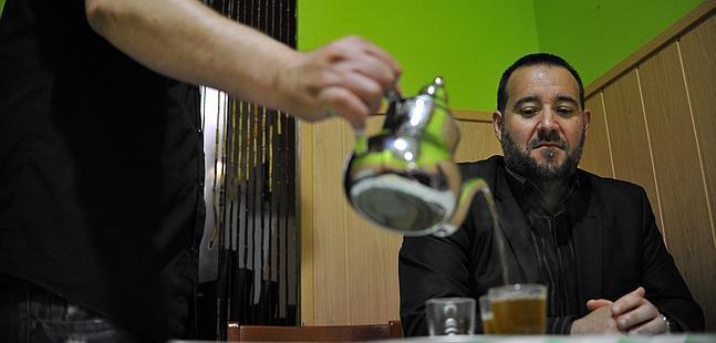 Usuf Ibn Orofa, del Consejo Islámico del País Vasco, se toma un té en un local marroquí.