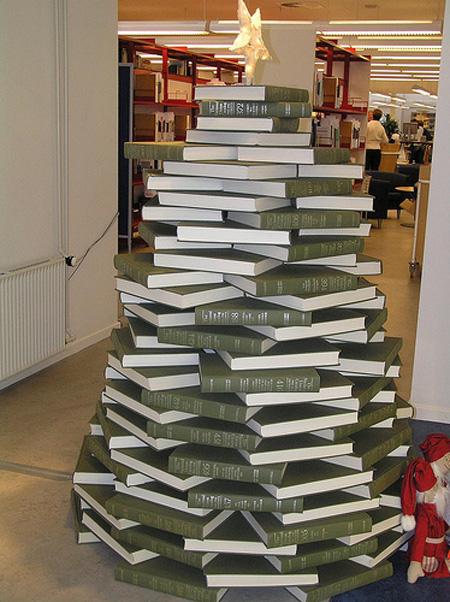 Un gran árbol de navidad, una montaña de libros