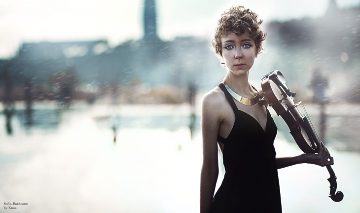 portrait de la blogueuse mode Das Sheep avec un violon, à Bordeaux