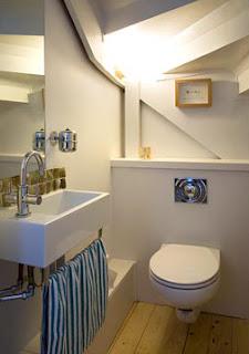 Decoraci n e ideas para mi hogar 7 ba os debajo de la for Escaleras con medio bano