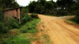 Ponto de Ônibus na Estrada de Terra, em Caçapava do Sul (RS). O Acesso à Gruta da Varzinha é à Direita.