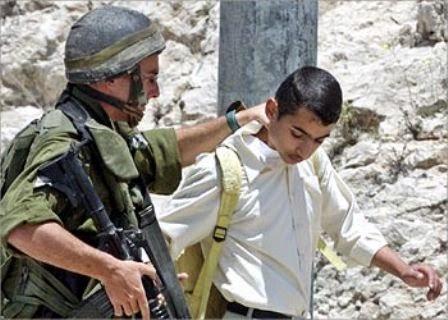 Soldado do exército terrorista de Israel prende menino palestino