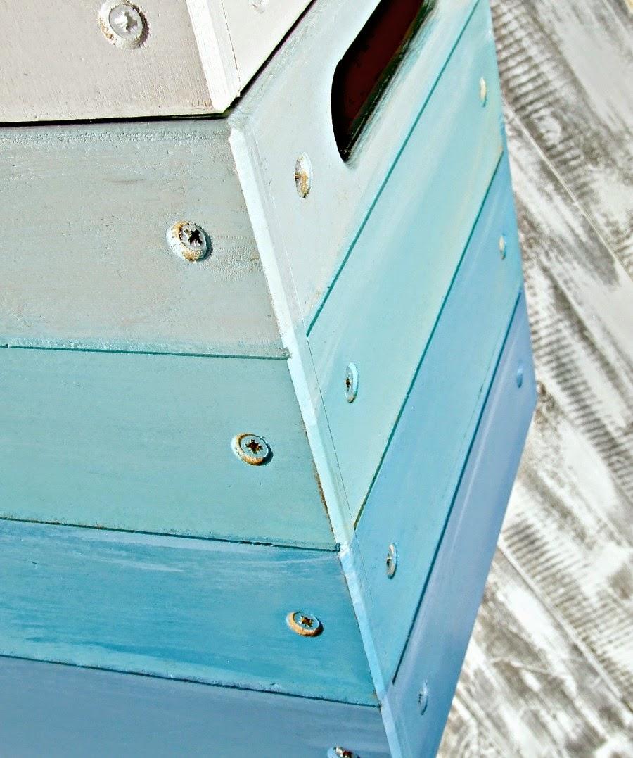 drewniany kufer skrzynia na zabawki w pirackim klimacie. Niebieski kufer ombre.
