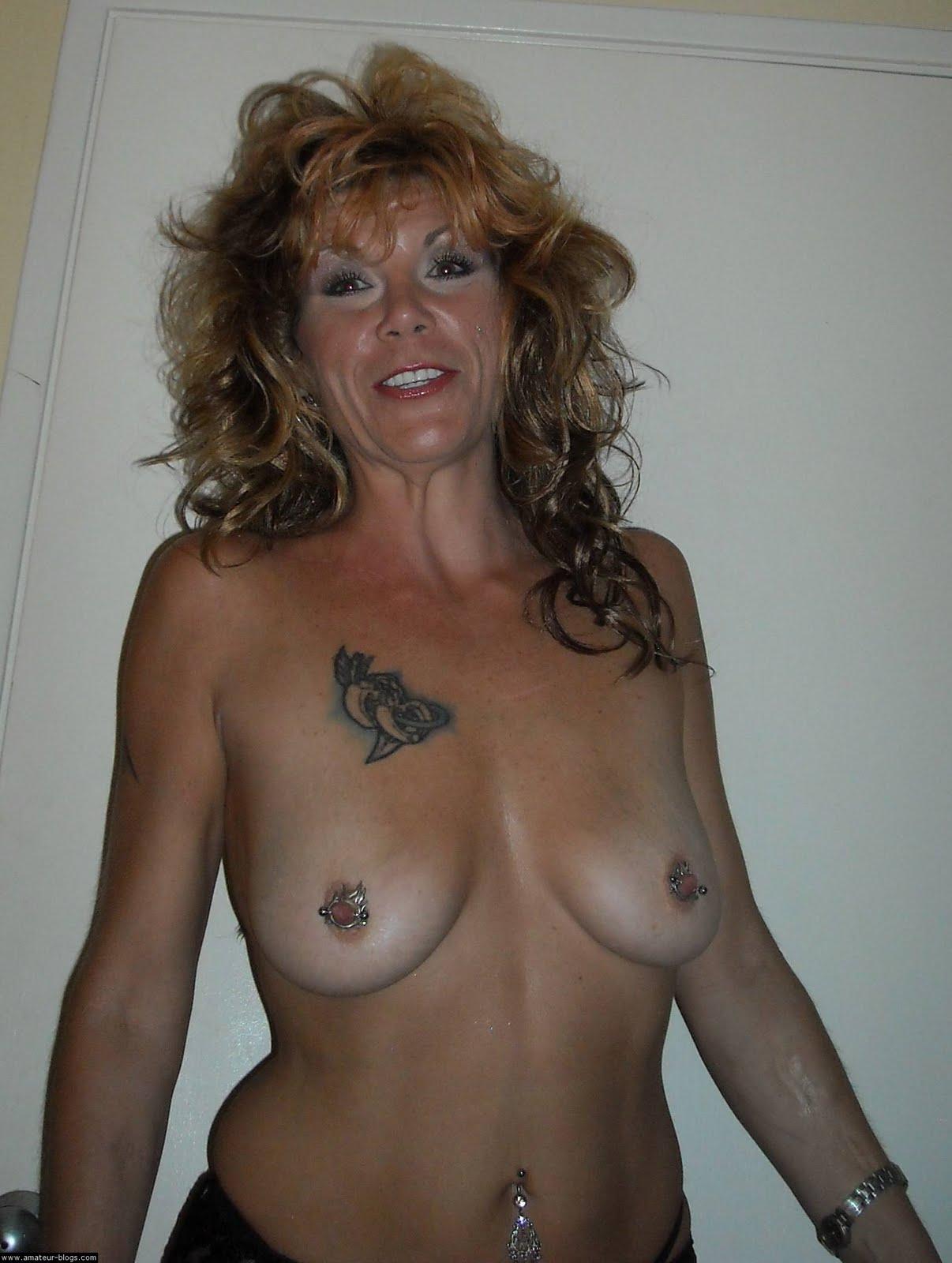 Tetas desnudas inclinadas