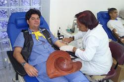 Bacamarteiro Antônio Eduardo,, idealizador do Projeto Tiro Pela Vida, doando sangue
