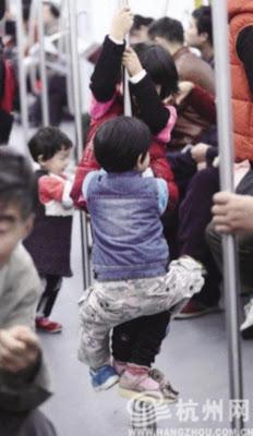 budak bermain dalam kereta api