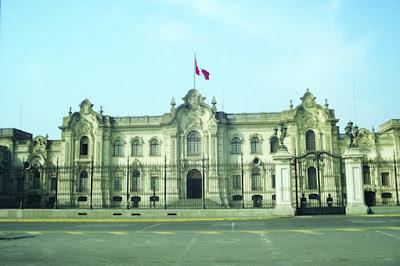 El Palacio de Gobierno fue en sus comienzos La Casa de Pizarro; y es un edificio majestuoso ubicado en la Plaza de Armas de Lima. Tiene una gran puerta de honor que se encuentra hacia la calle lateral, un gran jardín interior y cuenta con una bella vista al Río Rimac desde la parte posterior. La ciudad de Lima. Peru