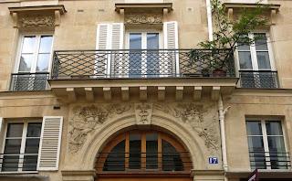Balcon du 17 rue Pierre Lescot à Paris, avec garde-corps à entrelacs à la cathédrale