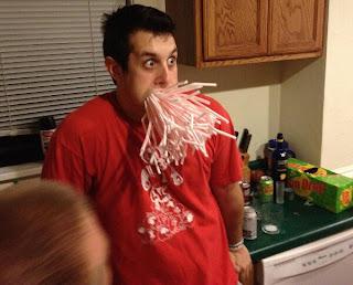 Wette: Strohalme in den Mund stecken