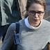 Melissa Benoist aparece com visual nerd de Kara Danvers no set de 'Supergirl'