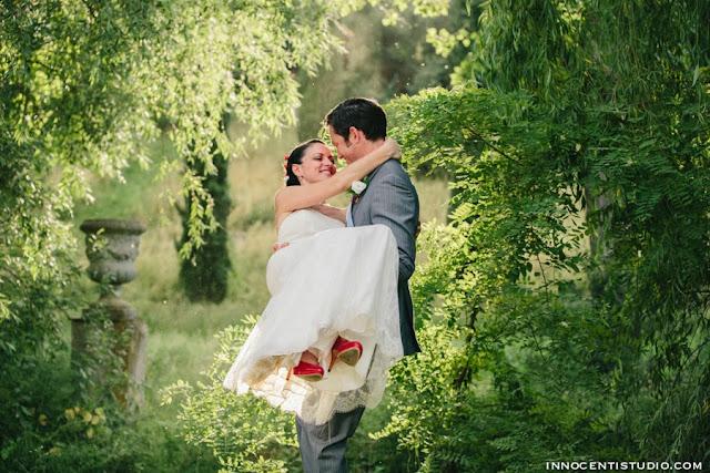sposo che tiene in braccio la sposa