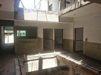 En face les portes du secrétariat, du bureau du Proviseur et du bureau du Proviseur adjoint.