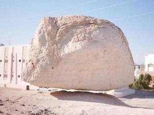 Batu Menggantung Bukti Dari Kekuasaan Sang Pencipta