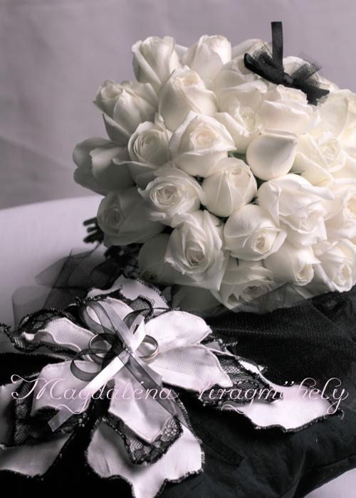 a81b60d358 Hófehér rózsa menyasszonyi csokrot kötöttem a gyűrűpárna, esküvői meghívó  és jegygyűrűk hangulatához igazodva. Franciás kis masnival egészítettem ki,  ...