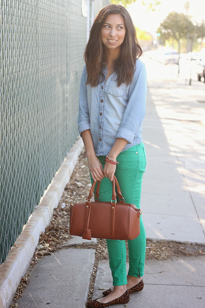 how to style colored jeans