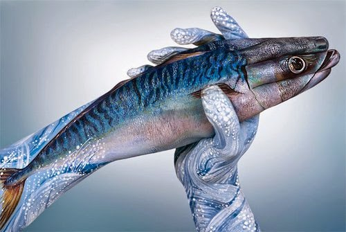 14-Mackerel-Fish-Guido-Daniele-Painting-Animals-on-Hands-www-designstack-co