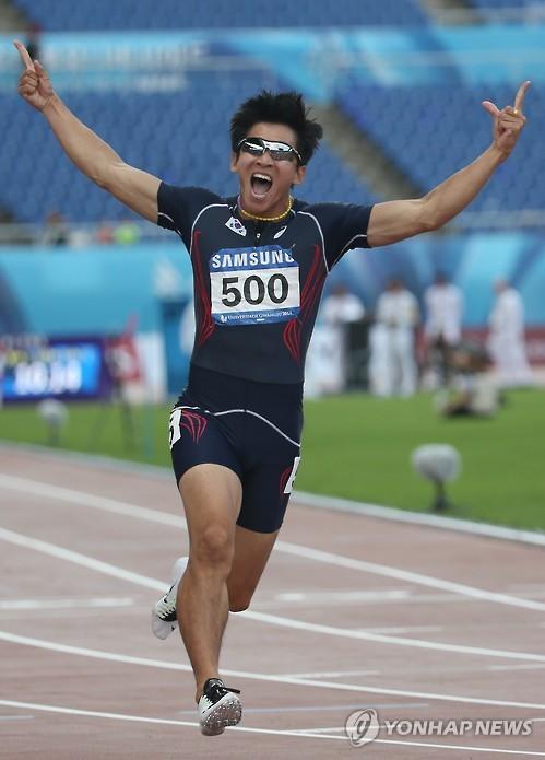 Kim Kuk-young feliz tras batir el récord de Corea del Sur en 100 metros lisos con 10,16 segundos en la Universiada de Gwangju