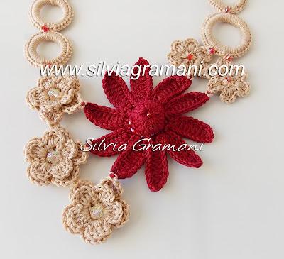 colar de croche com flores